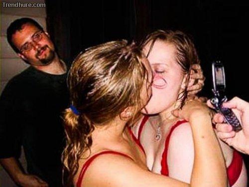 Fotobomben: Frauen beim Küssen