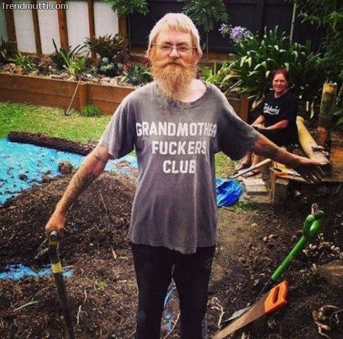 Alte Leute mit coolen T-Shirts