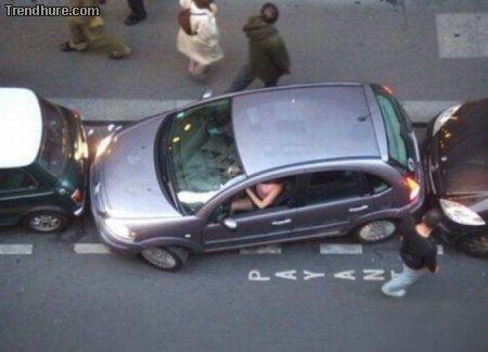 Frauen haben eingeparkt