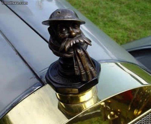 Kuriose Ornamente auf der Motorhaube