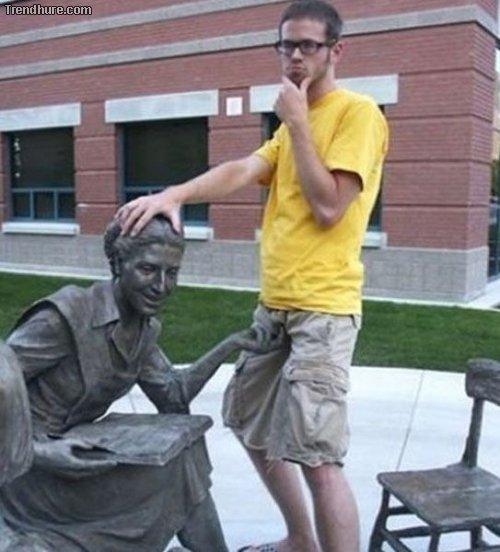 Kuriose Fotos mit Statuen